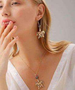 Femme et son pendentif tortue et perle